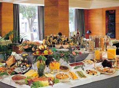 """Miguel pasa a ser """"invitado al desayuno"""". 1264206155_190_FT409_desayuno_buffet_"""
