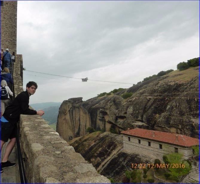 Foto (mi hijo) de nuestra visita a los monasterios de Meteora,Kalabaka,Grecia en la escala de Volos en Grecia con el barco Costa neoClassica.