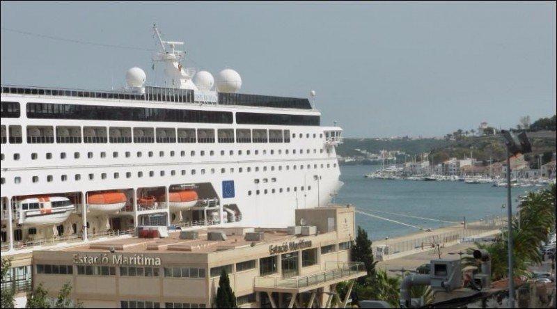 Barco Costa neoRiviera en la estació marítima del puerto de Mahón.