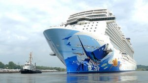 El Norwegian Escape sale del dique de construcción